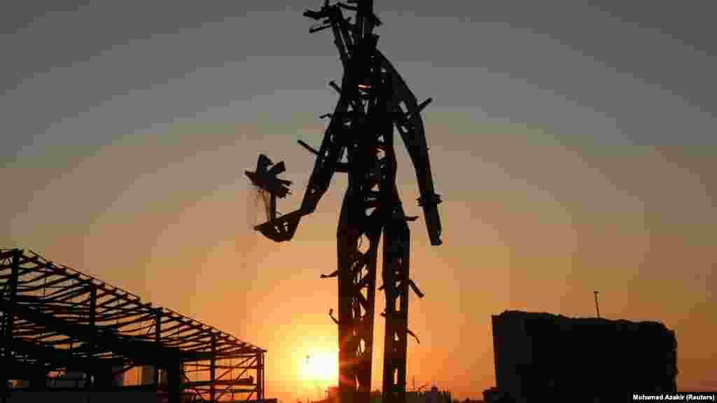 """Nadim Karam libanoni építész 25 méter magas szobrot készített az évfordulóra a robbanás után szétszóródott acéldarabokból a kikötőben. A """"The Gesture"""" című alkotással, mint mondja, tisztelegni szeretett volna az áldozatok és azok hozzátartozói előtt."""