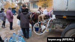 Жители села Скалистое в Бахчисарайском районе набирают воду из водовозок, 2 декабря 2020 год