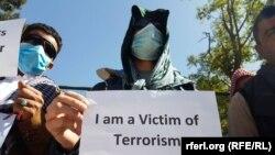 """ارشیف، له بهرنیو ځواکونو سره یو شمېر افغان ژباړونکي په کابل کې د یوې اعتراضیه غونډې پر مهال """"زه د ترورېزم یو قرباني یم"""""""