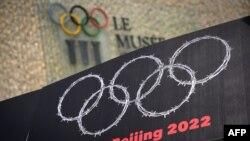 Transzparens a pekingi téli olimpia ellen egy lausanne-i tüntetésen 2021. június 23-án