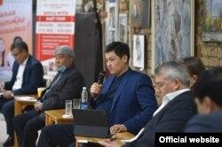 Премьер-министр Улукбек Марипов (посередине) на встрече с бизнес-сообществом, 21 февраля 2021 г.