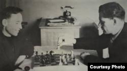 Фёдор Самохин и советский писатель Николай Чекменёв в командировке в Джамбуле, 1951 год.