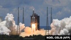 Запуск ракеты-носителя «Чанчжэн-5» с космическим аппаратом «Тяньвэнь-1» с космодрома Вэньчан в китайской провинции Хайнань. 23 июля 2020 года.
