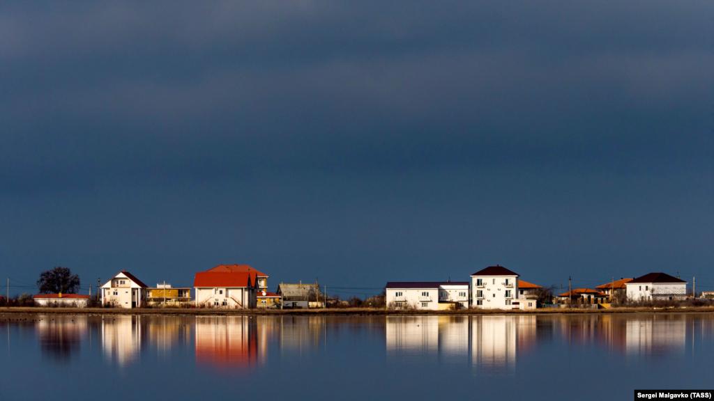 Житлові будинки вздовж берега у Міжводному