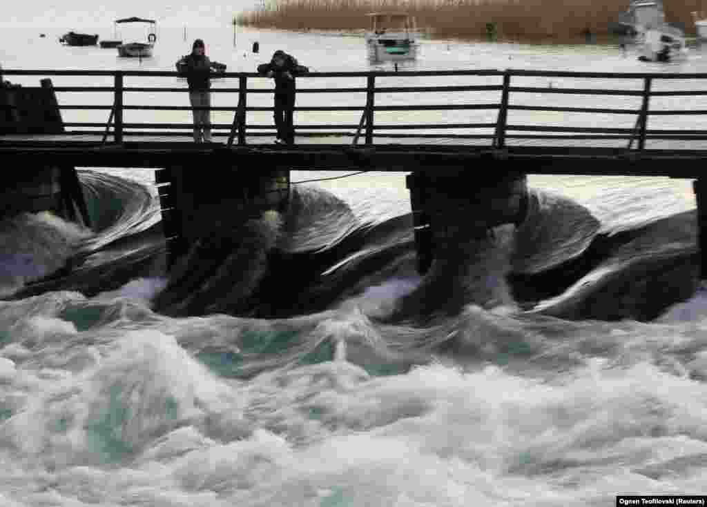 Местни хора наблюдават как водата се влива от Охридското езеро в река Дрин. Очаква се ЮНЕСКО да вземе окончателно решение през юни дали да постави Охрид в неблагоприятния списък на обектите от световното наследство в опасност.