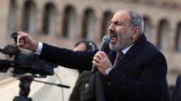 Нікол Пашинян у виступі перед прихильниками на площі Республіки в центрі Єревану, поруч із будівлею Кабінету міністрів, відкидає вимоги його відставки, 25 лютого 2021 року