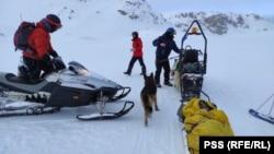 Веднага след като откриват пострадалата спасителите предприемат мерки, за да я затоплят