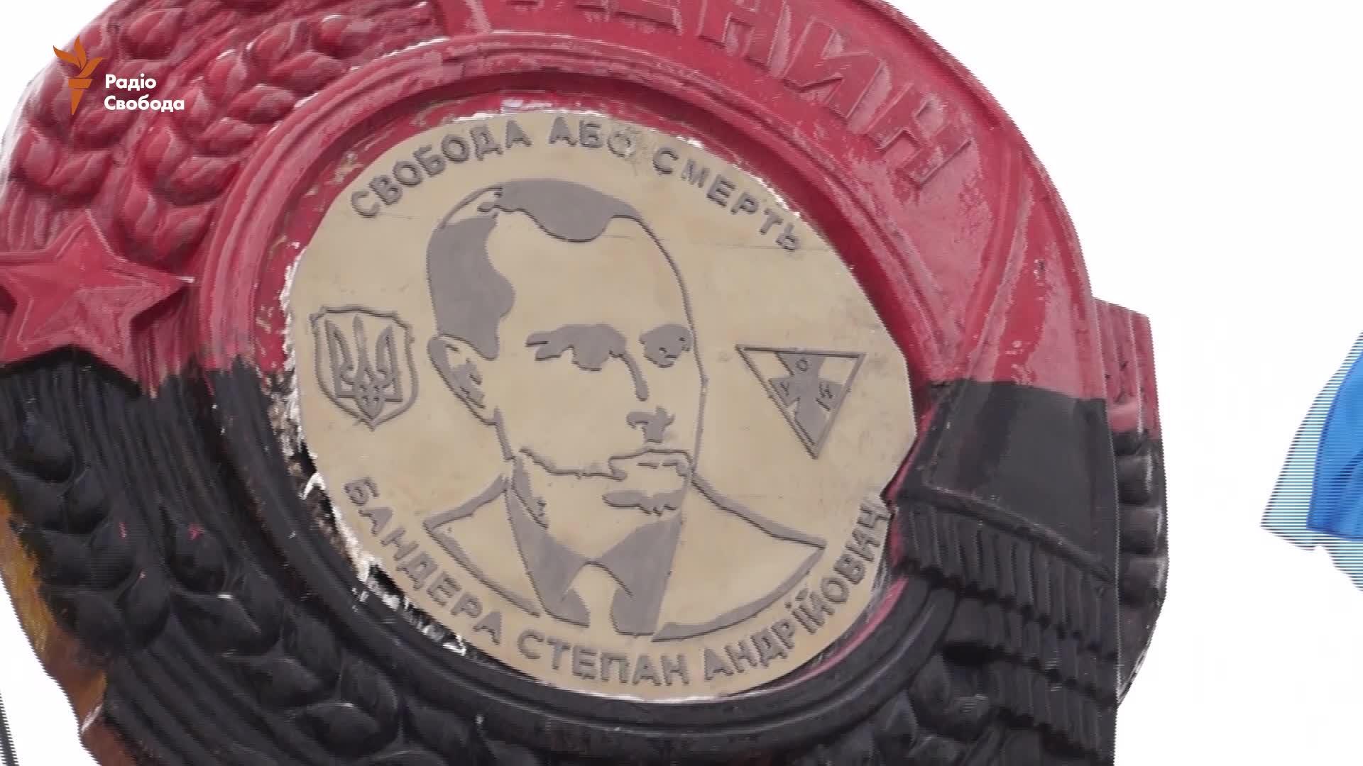 Бандера замість Леніна: на в'їзді до Дніпропетровська встановили портрет націоналіста