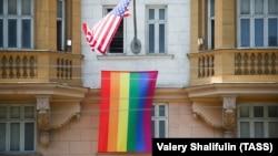 Радужный флаг на фасаде здания посольства США в Москве