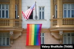 ЛГБТ-флаг на фасаде американского посольства в Москве