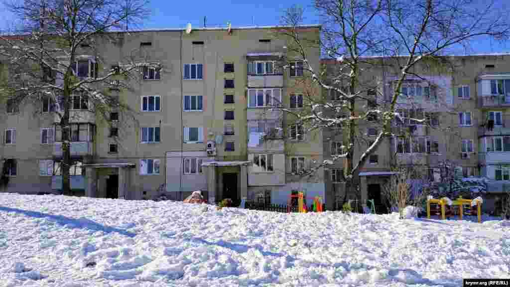Сніг, що випав, прикрасив село. Він лежить вже кілька днів, оскільки на вулиці тримається мінусова температура