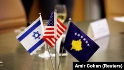 Flamujt e Izraelit, SHBA-së dhe Kosovës, të vendosur gjatë ceremonisë së 1 shkurtit, ku Kosova dhe Izraeli zyrtarizuan vendosjen e marrëdhënieve diplomatike.