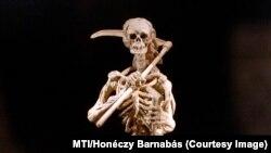 A halál allegóriája csontváz képében, délnémet vagy osztrák munka a 17. századból. 2006-ban ezt még ki lehetett állítani az Iparművészeti Múzeumban.
