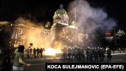 Sukobi policije i demonstranata ispred Skupštine Srbije