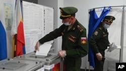 Orosz katonák szavaznak 2021. szeptember 17-én a Don menti Rosztovban.