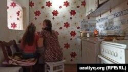 Юлия и Вероника, жительницы Уральска, за кухонным столом, который с сентября будет еще и письменным — другого места для учёбы в небольшой комнате нет.