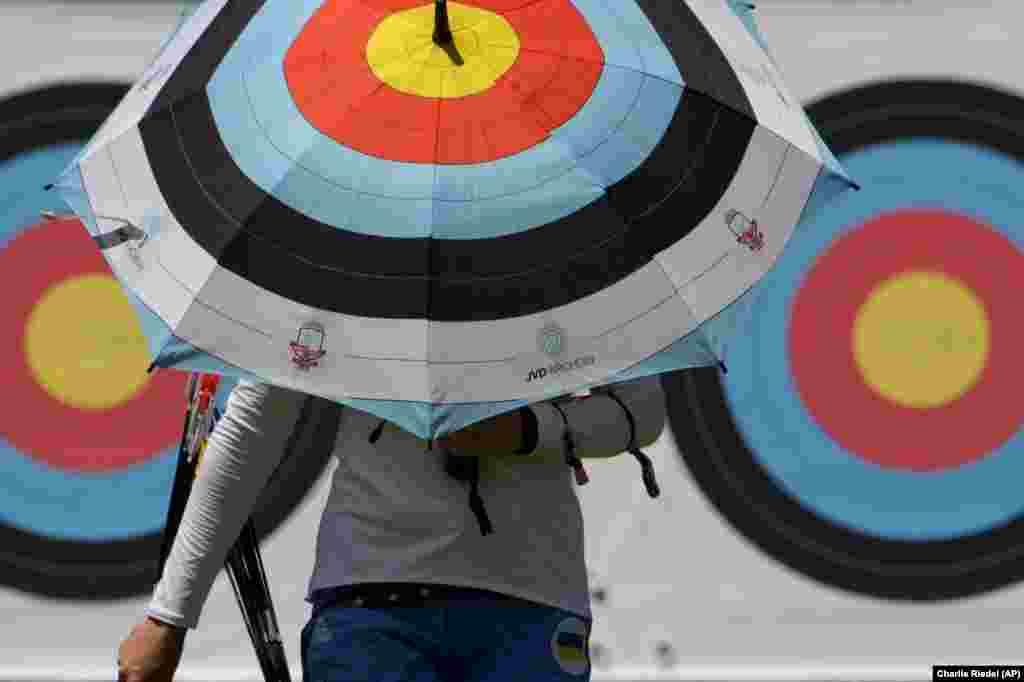 Українська спортсменка під час тренувань перед літніми Олімпійськими іграми 2020 на майданчику для стрільби з лука в парку Юменосіма, Токіо