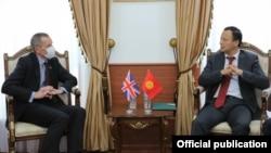 Министр иностранных дел КР Руслан Казакбаев и Чрезвычайный и Полномочный Посол Великобритании в КР Чарльз Гарретт, 27 октября 2020 г.