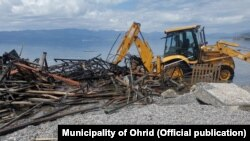 Отстранување на дивоградби на брегот на Охридското Езеро од страна на Општина Охрид. Еколошки здруженија реагираат дека тоа се прави на несоодветен начин со кој се уништуваат екосистемите. Фото: Општина Охрид.
