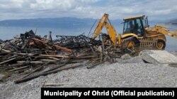 Отстранување на дивоградби на брегот на Охридското Езеро од страна на Општина Охрид. Еколошки здруженија реагираат дека тоа се прави на несоодветен начин со кој се уништуваат екосистемите.
