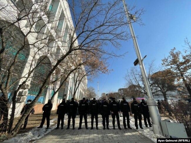 Взятие в кольцо активистов по созданию Демпартии. Алматы, 10 января 2021 года.