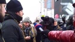 Cьвятары зьвяртаюцца да атрада «Беркута», які перакрыў Хрэшчацік на подступах да Майдана