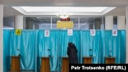 Женщина голосует на парламентских выборах в Алматы. 10 января 2021 г.