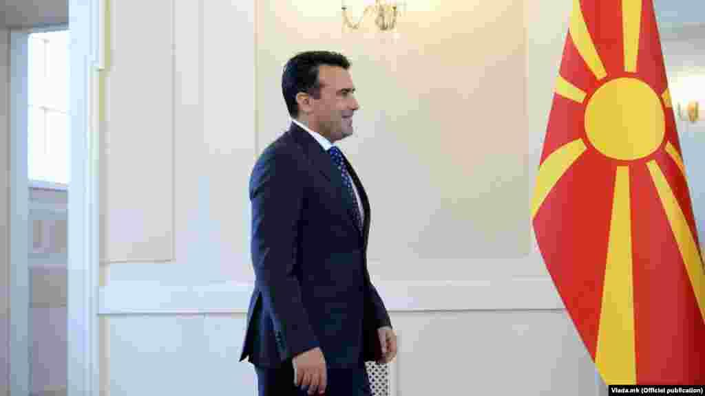 СЕВЕРНА МАКЕДОНИЈА - Премиерот Зоран Заев денеска, на централното чествување на Денот на независноста 8 септември, кое се одржа пред Владата, осврнувајќи се на изминатиот, како што рече, турбулентен период, но и на претстојните предизвици, приоритети и определби, наведе дека земјава ќе продолжи по патот што веќе го трасираше - граѓанска држава, слободна татковина на сите граѓани и на сите етнички заедници, општество за сите со европска иднина.