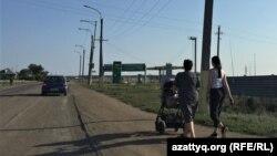 Щучинск қаласына кіреберісте жол бойында кетіп бара жатқан адамдар. Ақмола облысы, 25 тамыз 2021 ж.