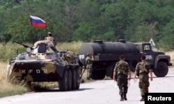 Изменив надписи на военной технике, около 200 российских военных заняли аэропорт Приштины, не предупредив НАТО
