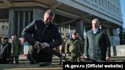 Депутат Держдуми Росії Михайло Шеремет (з автоматом), 23 лютого 2020 року