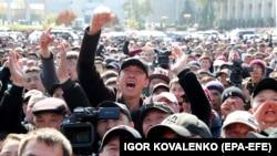 Protestatarii, în capitala Bișkek, cer îndepărtarea de putere a președintelui Sooronbai Jeenbekov , Kârgâzstan, 7 octombrie 2020.