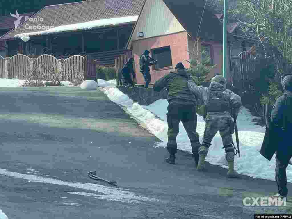 Як встановили «Схеми», слідчі дії відбулися в рамках кримінального провадження, яке розслідує Національна поліція, а саме – її обласне управління в Закарпатській області