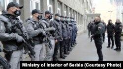 Илустрација - Министерот за внатрешни работи Александар Вулин со припадници на специјалните српски полициски сили
