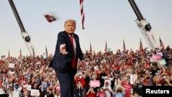 Дональд Трамп бросает маски против коронавируса в толпу своих сторонников. Аэропорт Сэнфорд, Флорида, 12 октября 2020.