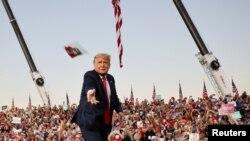 Дональд Трамп бросает маски против коронавируса в толпу своих сторонников. Аэропорт Сэнфорд, Флорида, 12 октября 2020