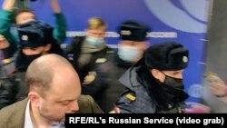 A moszkvai ellenzéki gyűlésre behatolnak a rendőrök, és megkezdik a letartóztatásokat 2021. március 13-án.
