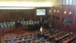 Video: Deputetët mblidhen në sallë