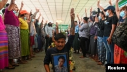 Погребение на един от протестиращите, загинал през последния месец