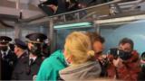 Алексей Навалний дар ҳоли худоҳофизӣ бо ҳамсараш
