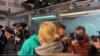 Alexei Navalnîi se desparte de soție, imediat după ce a fost reținut pe aeroportul de la Moscova, duminică, 17 decembrie 2020.