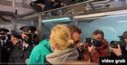 Opozantul rus Alexei Navalnîi se desparte de soție, imediat după ce a fost reținut pe aeroportul de la Moscova, duminică, 17 decembrie 2020.