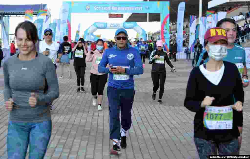 Эл аралык марафонго дүйнөнүн 35 өлкөсүнөн 3 миң адам катышууда. 400 киши 21 чакырымга, 100 киши 42 чакырымга, 800 киши 10 чакырымга жана 3 чакырымга чуркоо үчүн 800дөн ашык киши катталган.