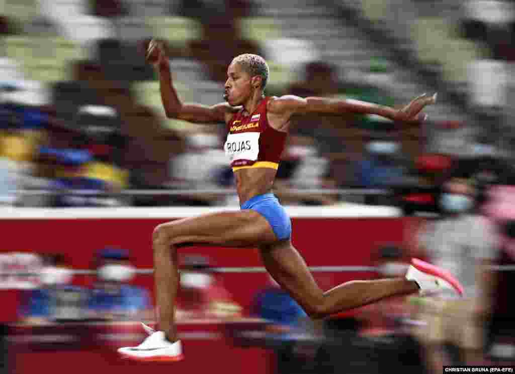 «Золота» Юлімар Рохас з Венесуели у фіналі жіночого потрійного стрибка під час змагань з легкої атлетики на Олімпійських іграх. Рохас встановила новий світовий рекорд. Токіо, 1 серпня 2021 року