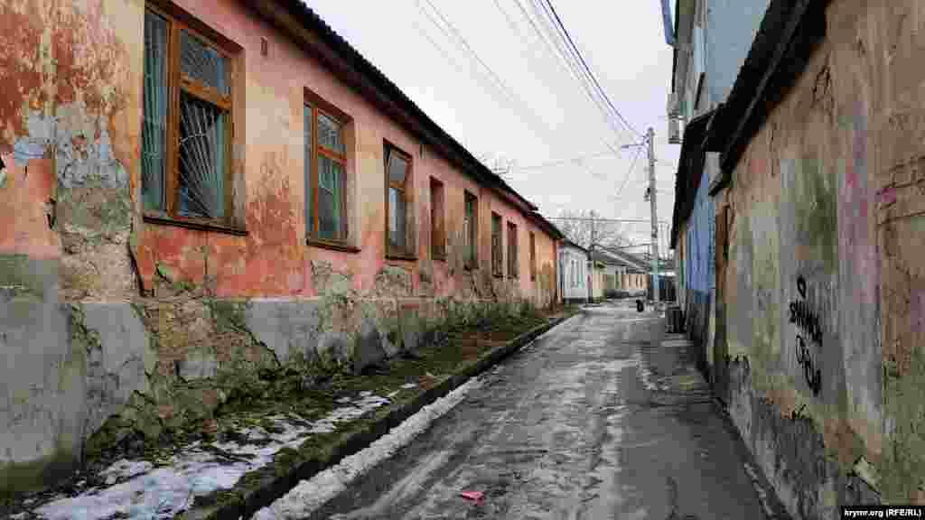 Фасад заброшенного дома