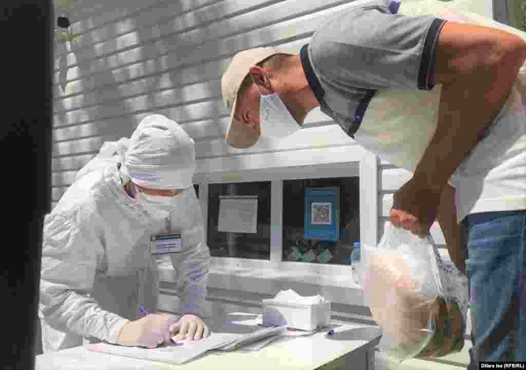 №2 қалалық ауруханада жатқан науқасқа сәлемдеме әкелген адамнан оны қабылдап тұрған кіші медицина қызметкері.