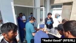 Раненых везут в центральную больницу в Исфаре