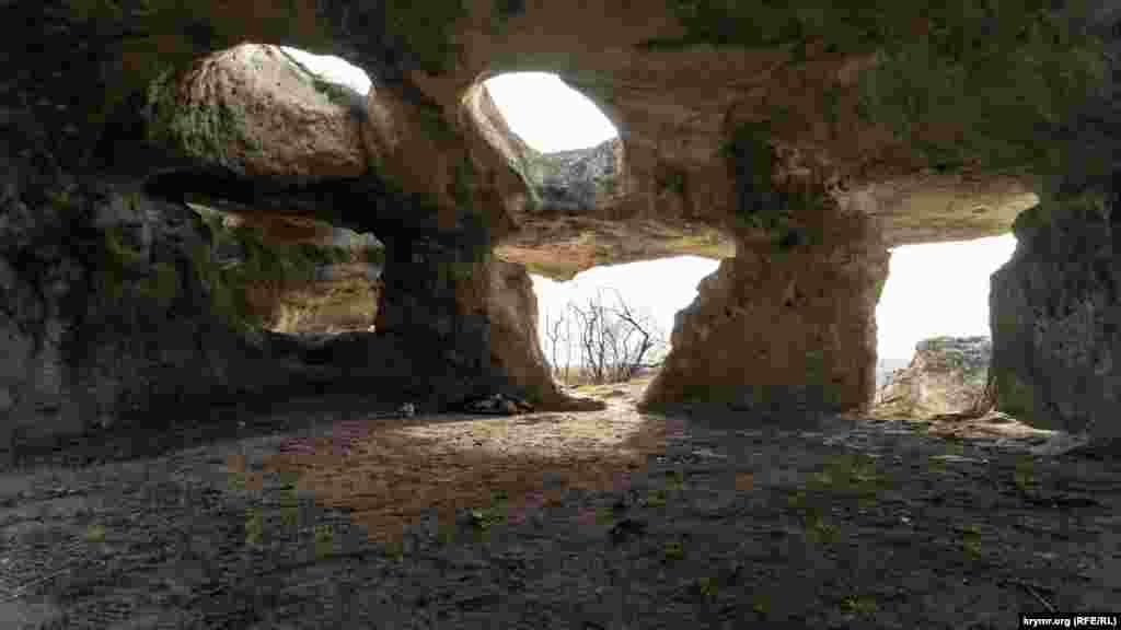В древнем христианском храме. Таких на Бакле несколько. Неподалеку в 1984 году был обнаружен каменный подземный склеп с инвентарем второй половины VIII-IX веков. В стене склепа устроена глубокая ниша, в которую вмонтирована известняковая плита с греческой надписью
