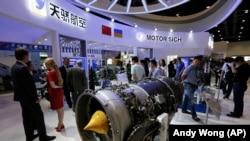 """Украинаның """"Мотор Сич"""" компаниясы шығарған өнімдер Aviation Expo China көрмесінде. Пекин, Қытай, 20 қыркүйек 2017 жыл."""