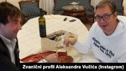 Vučićeva fotografija sa Instagrama na kojoj sa poznatim kuvarem iz Slovenije Tomažom Kavčićem nazdravlja uz malvaziju